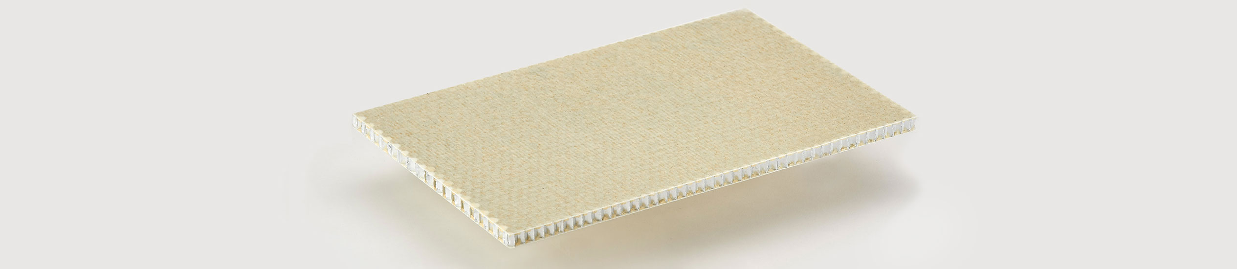 ALUSTEP® 500 LIGHT is a sandwich panel with a core in aluminium honeycomb faced with fiber glass impregnated with epoxy resin.
